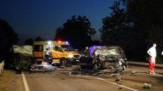 Szolnok, 2017. július 19. Összeroncsolódott jármûvek a 4-es fõúton, Szolnok közelében 2017. július 19-én este. A személygépkocsi és a mikrobusz frontálisan összeütközött, a balesetben ketten meghaltak. MTI Fotó: Mészáros János