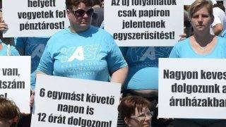 Budapest, 2017. július 8. A Kereskedelmi Alkalmazottak Szakszervezete (KASZ) és a Kereskedelmi Dolgozók Független Szakszervezete (KDFSZ) közös demonstrációjának résztvevõi a Fogarasi úti Tesco áruház parkolójában 2017. július 8-án. A szakszervezetek minden szakmunkás garantált bérminimumon foglalkoztatott munkavállalónak 15 ezer forintos béremelést követelnek a Tescónál. MTI Fotó: Soós Lajos