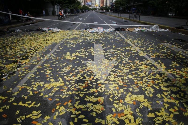 Caracas, 2017. július 20. Metrójegyekkel borított úttest a Nicolás Maduro venezuelai elnök alkotmánymódosítási törekvéseit ellenzõ 24 órás, általános sztrájk idején Caracasban 2017. július 20-án. 2002 óta elõször tartanak általános munkabeszüntetést a súlyos infláció és élelmiszerhiány sújtotta dél-amerikai országban. (MTI/AP/Ariana Cubillos)