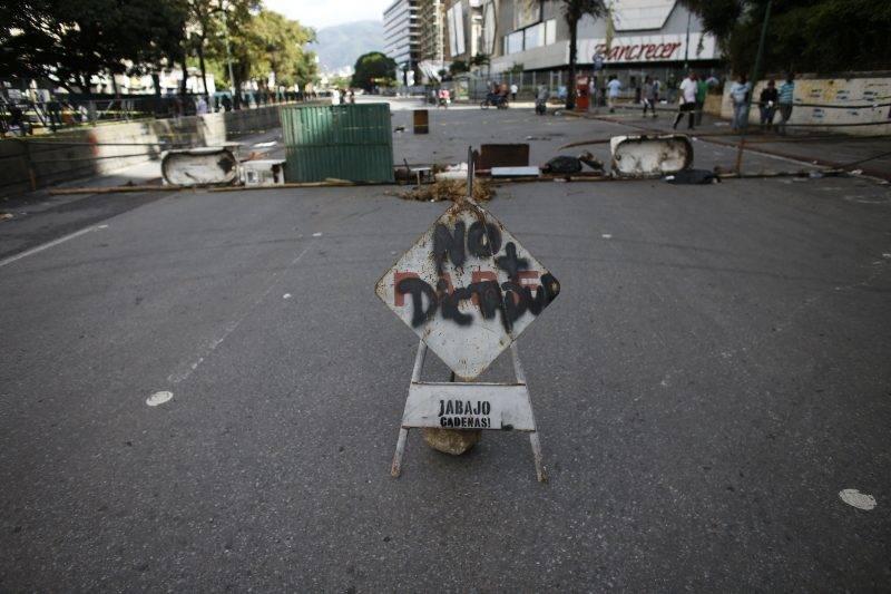 Caracas, 2017. július 20. Diktatúra-ellenes felirat egy útakadályon a Nicolás Maduro venezuelai elnök alkotmánymódosítási törekvéseit ellenzõ 24 órás, általános sztrájk idején Caracasban 2017. július 20-án. 2002 óta elõször tartanak általános munkabeszüntetést a súlyos infláció és élelmiszerhiány sújtotta dél-amerikai országban. (MTI/AP/Ariana Cubillos)