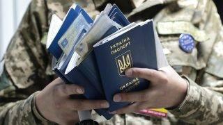 Lviv, 2017. június 11.Útleveleket ellenőriz egy ukrán határőr az ukrán-lengyel határ Rava-Ruska átkelőhelyén, az ukrajnai Lviv közelében 2017. június 11-én. Ezen a napon életbe lépett az ukrán állampolgárok európai uniós vízummentessége, Ukrajna biometrikus útlevéllel rendelkező állampolgárai ezentúl vízum nélkül utazhatnak az Európai Unió tagállamaiba. (MTI/EPA/Pavlo Palamarcsuk)