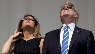 Washington, 2017. augusztus 21. A teljes napfogyatkozást nézi Donald Trump amerikai elnök és a felesége, Melania Trump védõszemüveggel a washingtoni Fehér Ház erkélyérõl 2017. augusztus 21-én. (MTI/AP/Andrew Harnik)