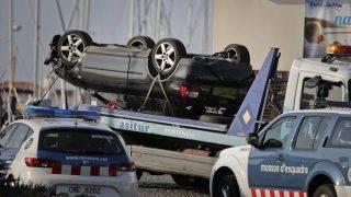 Cambrils, 2017. augusztus 18.Elszállítják egy felborult autó roncsát a Barcelonától mintegy 120 kilométerre, délre fekvő Cambrilsban elkövetett gázolásos merénylet helyszínéről 2017. augusztus 18-án. A támadásban hét ember megsebesült, a rendőrség a robbanómellényeket viselő öt elkövetőt agyonlőtte. Az előző napon egy fehér furgon a járdára hajtott és járókelőket gázolt el Barcelona Las Ramblas nevű utcájában, legkevesebb tizenhárom ember életét vesztette, mintegy nyolcvannyolcan megsebesültek. A katalán kormány szerint a két merényletnek köze van egymáshoz. (MTI/AP/Emilio Morenatti)