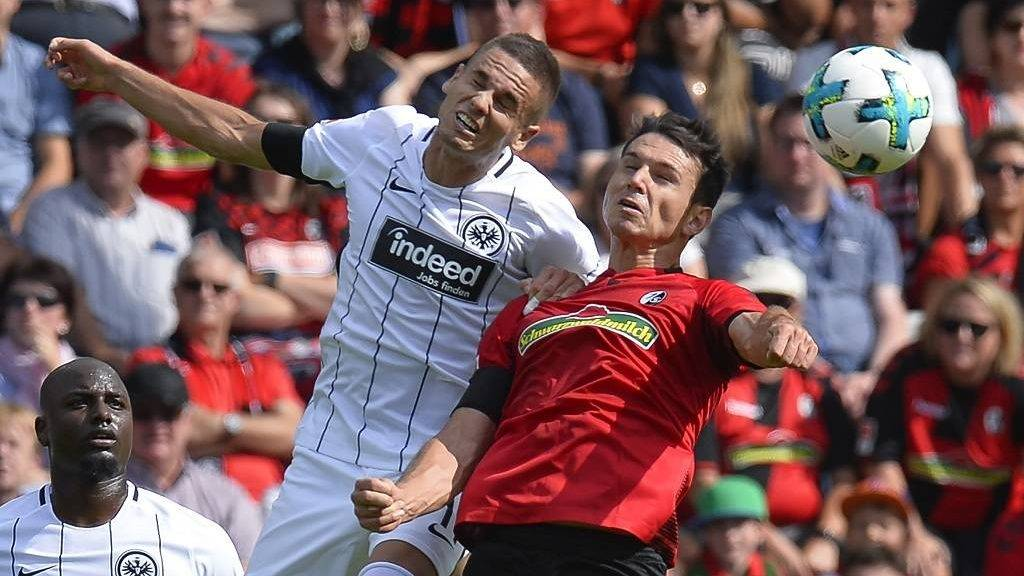 Freiburg's midfielder Nicolas Hoefler (R) and  Frankfurt's Serbian midfielder Mijat Gacinovic vie for the ball during the German First division Bundesliga football match SC Freiburg v Eintracht Frankfurt in Freiburg, southern Germany on August 20, 2017. / AFP PHOTO / THOMAS KIENZLE / RESTRICTIONS: DURING MATCH TIME: DFL RULES TO LIMIT THE ONLINE USAGE TO 15 PICTURES PER MATCH AND FORBID IMAGE SEQUENCES TO SIMULATE VIDEO. == RESTRICTED TO EDITORIAL USE == FOR FURTHER QUERIES PLEASE CONTACT DFL DIRECTLY AT + 49 69 650050