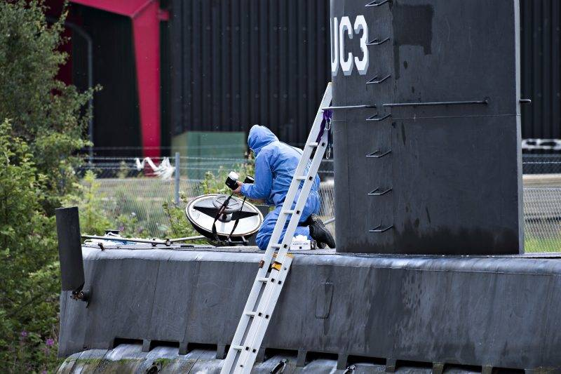 Police technicians are investigating the rescued private owned submarine Nautilus UC3 Sunday 13. August 2017 in Copenhagen Habor. The Swedish journalist Kim Wall which was on board the submarine is still missing. She was not in the submarine. Owner and Captain Peter Madsen was rescued and charged with negligent manslaughter. (Foto: Jens Noergaard Larsen/Scanpix 2017)