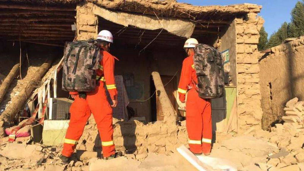 (170809) -- JINGHE, Aug. 9, 2017 (Xinhua) -- Rescuers check a house damaged in earthquake in Jinghe County, northwest China's Xinjiang Uygur Autonomous Region, Aug. 9, 2017. A 6.6-magnitude earthquake jolted Jinghe County Wednesday morning. (Xinhua) (ry)