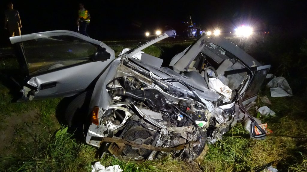 Ágasegyháza, 2017. augusztus 5. Összetört személygépkocsi az út menti árokban Ágasegyháza és Izsák között, miután összeütközött egy másik autóval 2017. augusztus 4-én. A balesetben mindkét autó vezetõje meghalt. MTI Fotó: Donka Ferenc