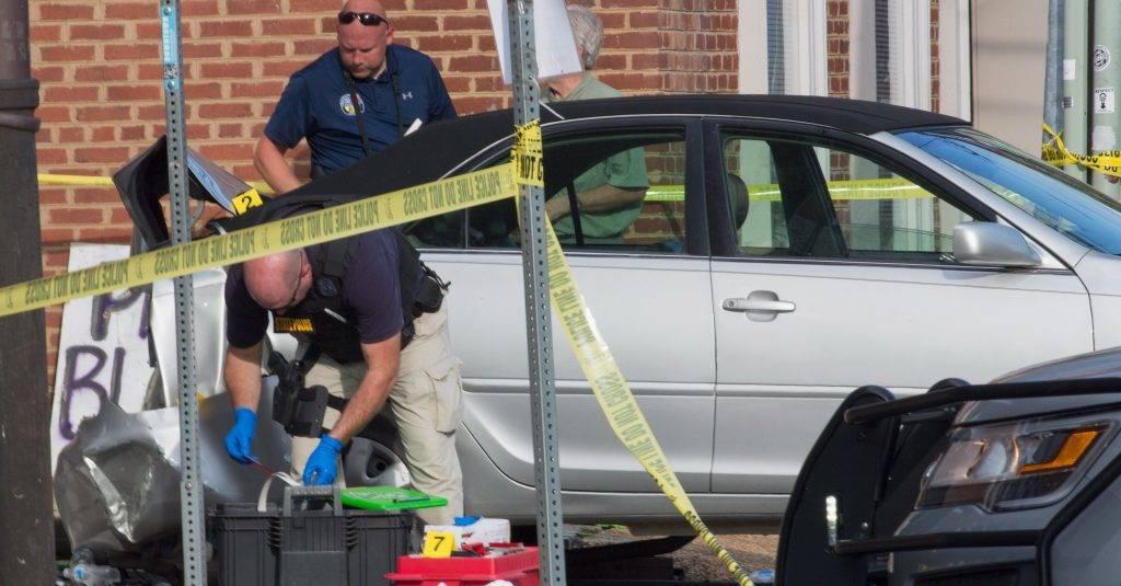 Charlottesville, 2017. augusztus 13. Rendõrök egy autós gázolás helyszínén a Virginia állambeli Charlottesville-ben 2017. augusztus 12-én. A városban rendkívüli állapotot hirdettek ki egy szélsõjobboldali rendezvényen kialakult erõszak miatt. A valószínûleg szándékos autós gázolásban, amely az ellentüntetõk ellen irányult, meghalt egy 32 éves nõ, és mintegy 30 ember megsérült. (MTI/EPA/Tasos Katopodis)