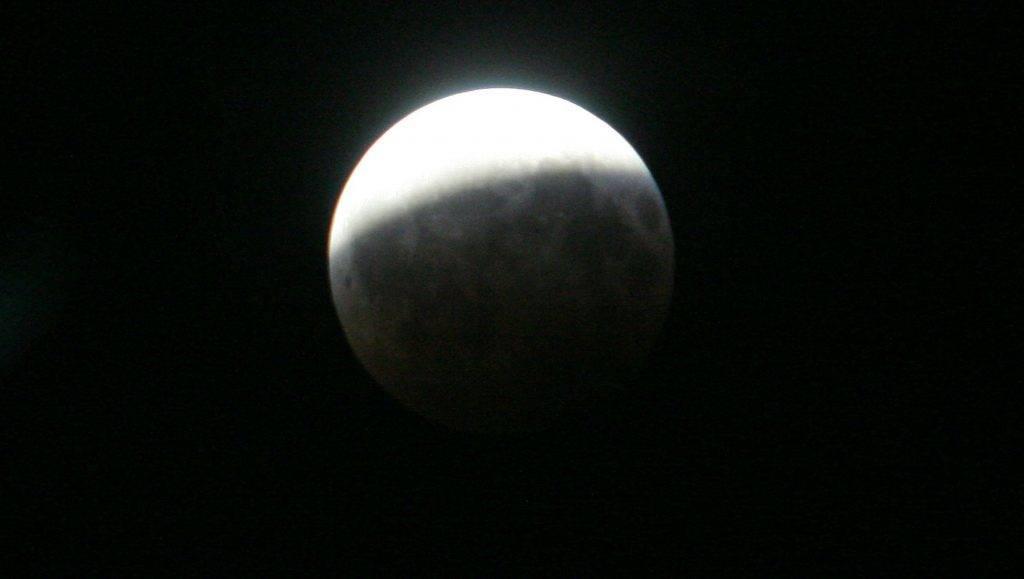 Nagykanizsa, 2008. augusztus 17. Jól megfigyelhetõ volt Nagykanizsáról a részleges holdfogyatkozás. A hold augusztus 16-án este 21.35-kor belépett a Föld árnyékába, majd 23 óra 10 perckor szinte teljesen, 81 százaléka eltûnt. MTI Fotó: Varga György