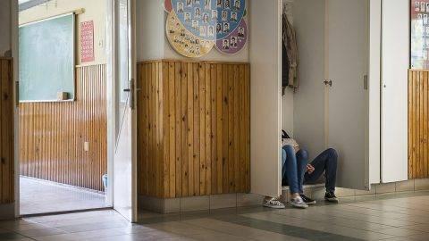 Nyíregyháza, 2016. április 20.Diákok beszélgetnek egy folyosói szekrényben ülve a nyíregyházi Krúdy Gyula Gimnázium folyosóján a pedagógusok egész napos, országos sztrájkjának napján, 2016. április 20-án.MTI Fotó: Balázs Attila