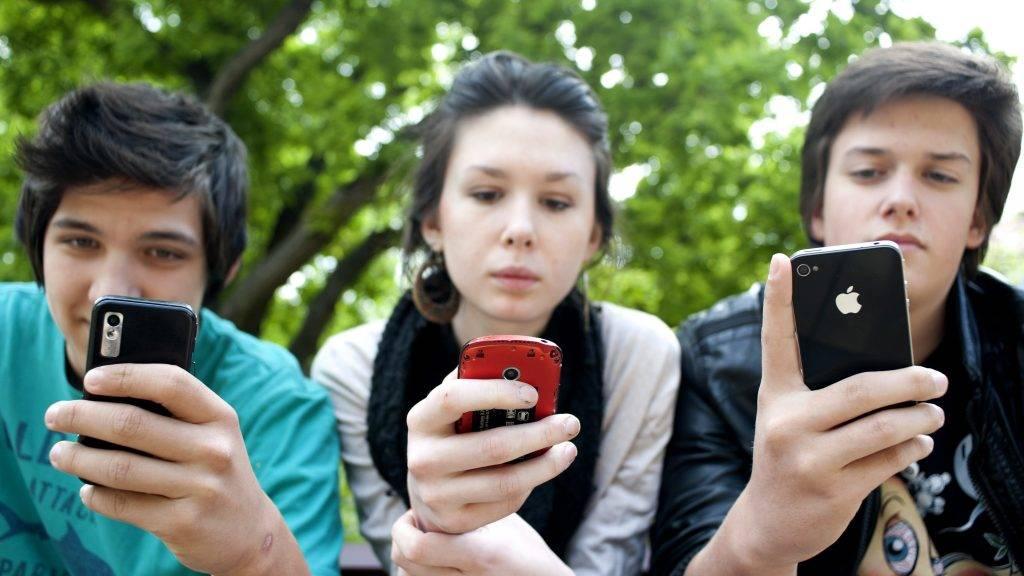 Budapest, 2012. április 25. Diákok wifit használnak a II. kerületi önkormányzat épülete elõtt, a Mechwart ligetben, ahol a polgármester sajtótájékoztatón bejelentette a kerületi közterületi wifi szolgáltatás elindítását. MTI Fotó: Marjai János