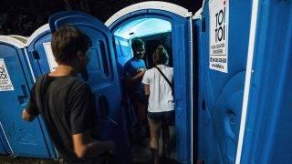 Budapest, 2017. augusztus 15.Fiatalok érkeznek a Secret Partyra egy mobil wc-n keresztül a 25. Sziget Fesztivál 4. napján 2017. augusztus 14-én.MTI Fotó: Mónus Márton