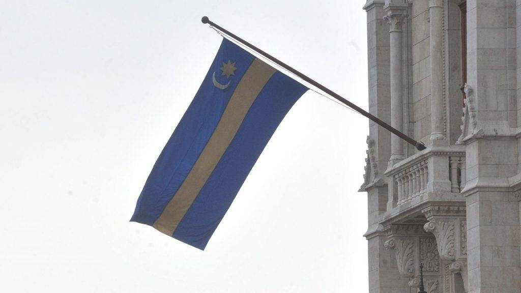 Székelyzászló-ügy - Kitűzték a székelyzászlót a Parlamentre