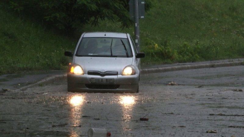 Vihar - Elakadt autó és lezárt út Miskolcon