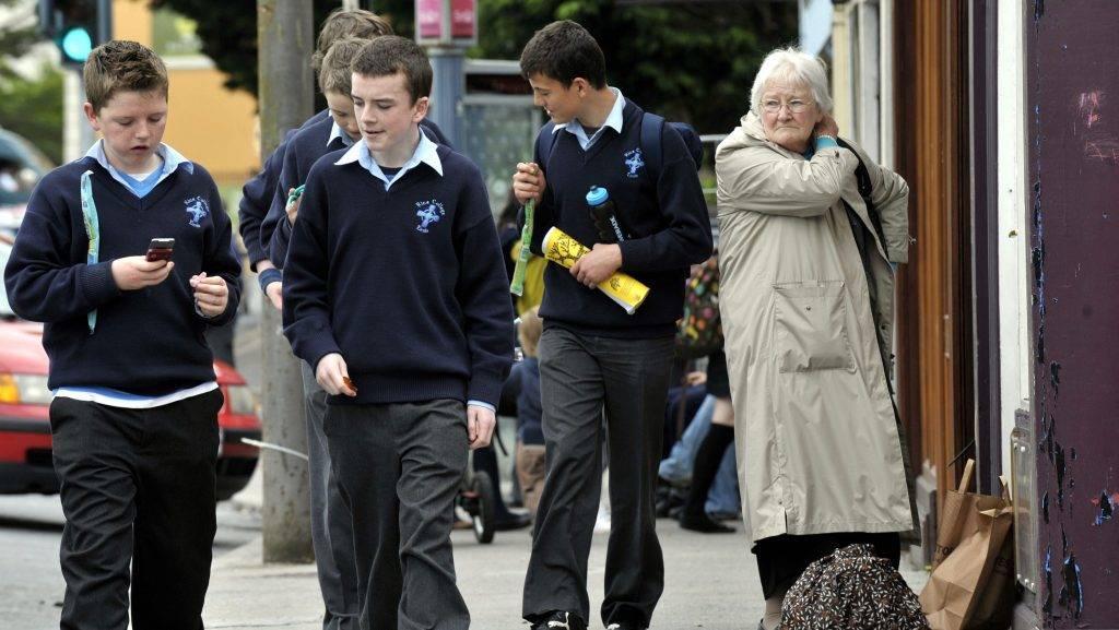Ennis, 2009. június 3. Iskolai egyenruhát viselõ fiúk sétálnak az utcán a nyugat-írországi Ennisben 2009. május 22-én.  MTI Fotó: Beliczay László