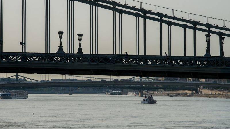 Budapest, 2017. augusztus 23. A Széchenyi lánchíd 2017. augusztus 23-án. Százhetvenöt éve, 1842. augusztus 24-én helyezte el József nádor a pest-budai Lánchíd alapkövét. MTI Fotó: Balogh Zoltán