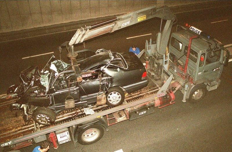 un camion-grue de la police emporte l'épave de la voiture dans laquelle lady Diana et son ami le milliardaire égyptien Dodi Al Fayed ont été gravement accidentés, dans la nuit du 30 au 31 août dans le tunnel de l'Alma à Paris. Lady Di et Dodi Al Fayed sont décédés des suites de l'accident, le 31 août à l'hôpital de la Pitié Salpétrière.  The wreckage of Princess Diana's car is lifted on a truck 31 August in the Alma tunnel of Paris. Diana, the Princess of Wales, and her friend Egyptian millionaire Dodi al-Fayed, son of the owner of the store, Mohammed al-Fayed, in a car crash in Paris early 31 August. The driver of the car was also killed.  / AFP PHOTO / PIERRE BOUSSEL