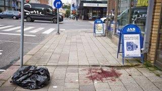 Turku, 2017. augusztus 18. Vérfoltos járda a turkui Piac téren 2017. augusztus 18-án, miután egy férfi több embert megkéselt a finnországi városban. Egy ember életét vesztette, legalább nyolc megsebesült, a rendõrök lábon lõtték és elfogták a támadót. (MTI/EPA/Turun Sanomat/Ari Matti Ruuska)