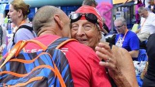 Budapest, 2017. augusztus 14. Az 1921-ben született, amerikai Maurine Emilie Kornfeld a masters korosztályú vizes világbajnokság legidõsebb nõi résztvevõje a 95-99 éves korosztály 800 méteres gyorsúszás versenye után a Duna Arénában, 2017. augusztus 14-én. MTI Fotó: Kovács Tamás