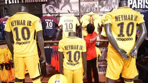 Párizs, 2017. augusztus 4. Neymar-mezek sorakoznak a Paris Saint-Germain francia labdarúgóklub üzletében Párizsban 2017. augusztus 4-én. A brazil labdarúgó ezen a napon érkezik a francia fõvárosba, miután a Paris Saint-Germain 222 millió euróért megvásárolta.  (MTI/EPA/Chirstophe Petit Tesson)
