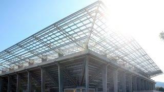 Miskolc, 2017. augusztus 14. A Diósgyõr labdarúgócsapatának épülõ stadionja a bokrétaünnepen 2017. augusztus 14-én. Az építmény legmagasabb, 27 méteres reflektoroszlopának tetejére ezen napon tették fel a hagyományos bokrétát. A tervek szerint jövõ tavaszra befejezõdik a DVTK új, 13 milliárd forintba kerülõ stadionjának építése. MTI Fotó: Vajda János