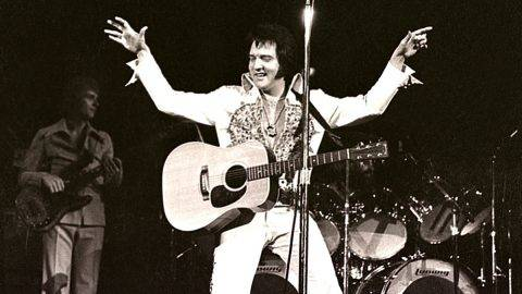 MILWAUKEE, WI - APRIL 1977:  Elvis Presley performs in concert at the Milwaukee Arena on April 27, l977 in Milwaukee, Wisconsin.  (Photo by Ronald C. Modra/  Getty Images)