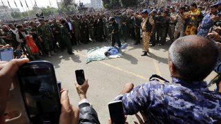 Szanaa, 2017. július 31.A földön fekszik nyilvános kivégzésén a hátrakötözött kezű, 41 éves Muhamed al-Magrabi, aki megerőszakolt és meggyilkolt egy hároméves kislányt, a jemeni főváros, Szanaa egyik terén 2017. július 31-én. Utoljára 2009-ben végeztek ki Jemenben nyilvánosan egy férfi fodrászt, aki megerőszakolt és meggyilkolt egy hajvágásra betérő 11 éves kisfiút. (MTI/EPA/Jahja Arhab)