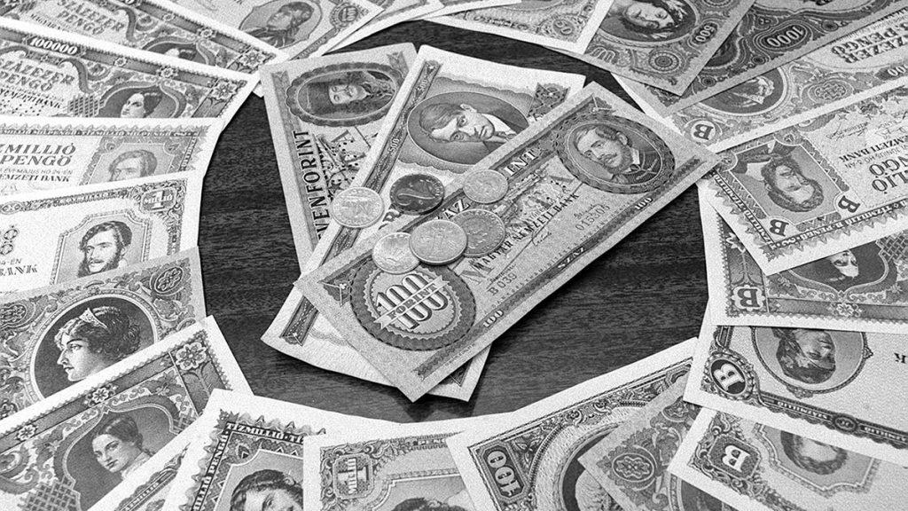 Budapest, 1976. augusztus 1.  A forint 30 éves születésnapja.Magyarországon, a II. világháború után a világtörténelem eddigi legsúlyosabb inflációja zajlott le. A tarthatatlan állapot felszámolására 1946. augusztus 1-jén kibocsátották az új értékálló pénzt, a forintot. A képen: a régi pengő és az új forint.MTI Fotó: Várkonyi Péter