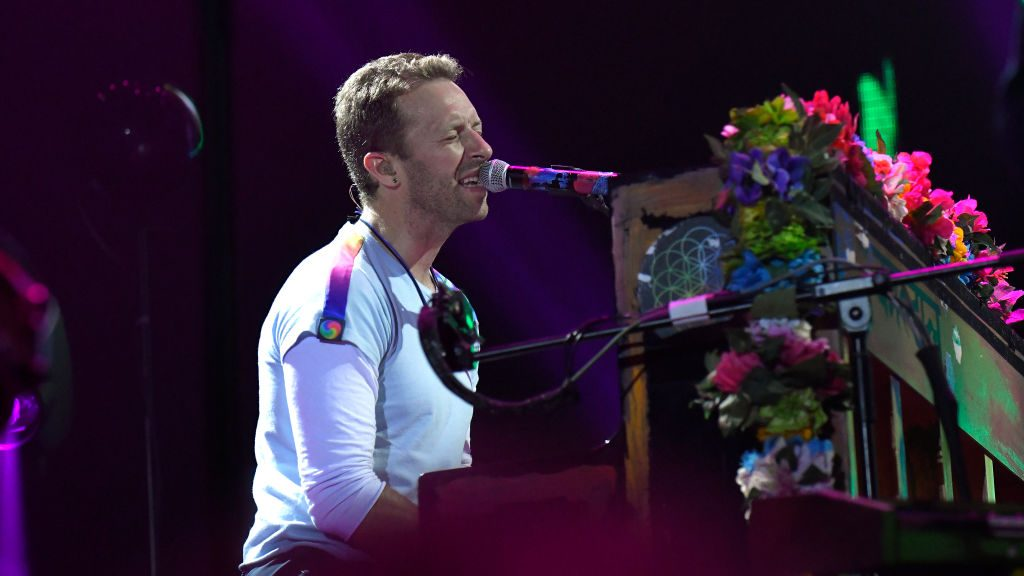 HAMBURG, GERMANY - JULY 06:  Chris Martin from Coldplay performs during the Global Citizen Festival at the Barclaycard Arena  on July 6, 2017 in Hamburg, Germany.  (Photo by Christian Augustin/Getty Images)