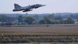 Debrecen, 2016. szeptember 28.A Magyar Honvédség JAS 39 Gripen típusú vadászgépe felszáll a Debreceni Nemzetközi Repülőtérről 2016. szeptember 28-án. A gép előző nap biztonsági okokból landolt a debreceni repülőtéren, mert gyakorló repülés közben rendellenességet jelzett az egyik kontrollámpa. A Gripen a Magyar Honvédség 59. Szentgyörgyi Dezső Repülőbázisra, Kecskemétre repült.MTI Fotó: Czeglédi Zsolt