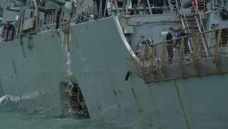 Szingapúr, 2017. augusztus 21. A megrongálódott John McCain nevû, irányított rakétákkal felszerelt amerikai rombolóhajó Szingapúr keleti partjainál 2017. augusztus 21-én, miután kereskedelmi hajóval ütközött. Az ütközés következtében legalább tíz tengerész eltûnt, öt pedig megsebesült. (MTI/EPA/The Straits Times/Desmond Foo)
