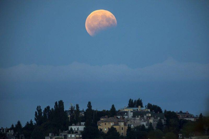 Budapest, 2017. augusztus 7. Részleges holdfogyatkozás a II. kerületi Törökvész városrész felett Budapesten 2017. augusztus 7-én. MTI Fotó: Mohai Balázs