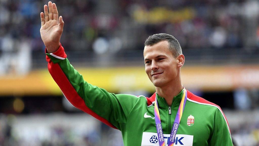 London, 2017. augusztus 8.A bronzérmes Baji Balázs a férfiak 110 méteres gátfutásának eredményhirdetésén a 16. szabadtéri atlétikai világbajnokságon a London Stadionban 2017. augusztus 8-án. (MTI/AP/Martin Meissner)