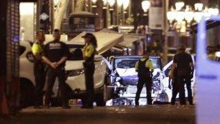 Barcelona, 2017. augusztus 17. A terrortámadásban használt furgon közelében rendõrök Barcelonában 2017. augusztus 17-én, miután a fehér furgon a járdára hajtott és járókelõket gázolt el a katalán fõváros Las Ramblas negyedében. Legalább tizenkét ember életét vesztette, mintegy nyolcvanan megsebesültek. (MTI/AP/Manu Fernandez)