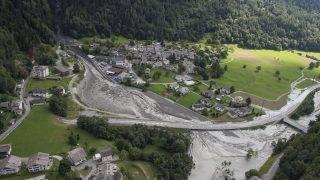 Bondo, 2017. augusztus 24. 2017. augusztus 24-én közreadott légi felvétel a pusztítás nyomairól a Svájc déli részén fekvõ Bondóban, amelyre az elõzõ napon árvíz és sárlavina zúdult. A természeti katasztrófában a legfrissebb jelentések szerint legkevesebb nyolcan eltûntek. (MTI/AP/Keystone/Giancarlo Cattaneo)