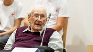 Lüneburg, 2015. július 1. Oskar Gröning, az auschwitzi haláltábor egykori õre perének tárgyalásán a lüneburgi tartományi bíróságon 2015. július 1-jén. A 93 éves Gröninget 300 ezer ember meggyilkolásában való részvétellel vádolják. (MTI/EPA/AFP pool/Philipp Schulze)