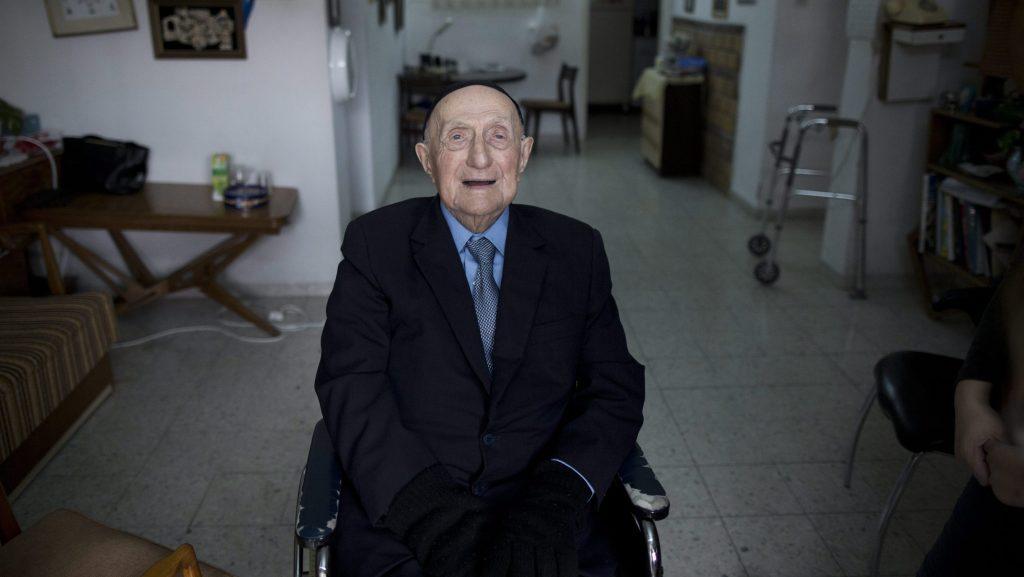 Haifa, 2016. március 12. 2016. január 27-én haifai otthonában készített kép az izraeli Iszráel Krisztálról, akit 2016. március 11-én a világ legidõsebb férfijává nyilvánított a Guinness Világrekordok. A holokausztot túlélõ, lengyel származású Krisztál bizonyíthatóan 112 éves és 178 napos volt március 11-én. (MTI/EPA/Abir Szultan)