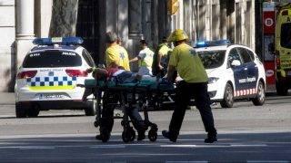 Barcelona, 2017. augusztus 17. Sebesült férfit tolnak hordágyon mentõk Barcelonában 2017. augusztus 17-én, miután egy fehér furgon járókelõk közé hajtott a járdára a katalán fõváros Las Ramblas negyedében. Legalább két ember életét vesztette, mintegy húsz megsebesült. (MTI/EPA/Quique García)