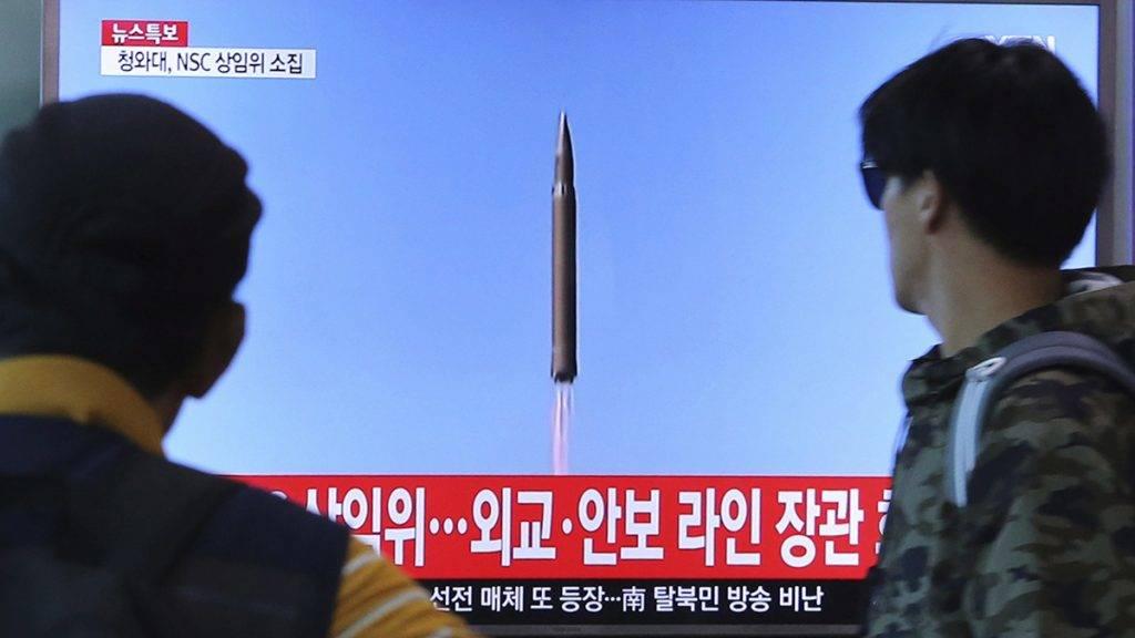Szöul, 2017. augusztus 29.Egy észak-koreai rakétakilövésről szóló tudósítást néznek emberek a szöuli központi pályaudvar egyik tévéképernyőjén 2017. augusztus 29-én, miután Észak-Korea újabb ballisztikus rakétát bocsátott fel reggel, amely átrepült Japán északkeleti része felett és a Csendes-óceánba csapódott. (MTI/AP/Ahn Jang Dzsun)