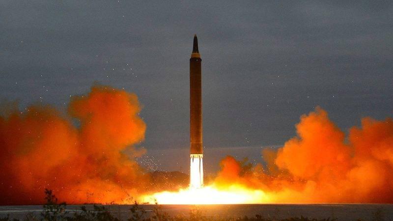 Észak-Korea, 2017. augusztus 30.A KCNA észak-koreai hírügynökség által 2017. augusztus 30-án közreadott felvétel a phenjani rezsim legutóbbi rakétakísérletéről augusztus 29-én. A közepes hatótávolságú ballisztikus rakéta Japán északkeleti része felett átrepülve a Csendes-óceánba csapódott. (MTI/EPA/KCNA)