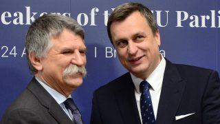 Pozsony, 2017. április 24. Andrej Danko szlovák házelnök (j) fogadja Kövér Lászlót, az Országgyûlés elnökét az EU-tagállamok parlamenti elnökeinek találkozóján Pozsonyban 2017. április 24-én. (MTI/TASR/Martin Baumann) *** Local Caption ***