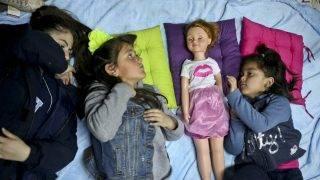 Santiago, 2017. augusztus 23.A transznemű lány Selenna (b2) és a szintén transznemű Mathilda egy babával játszik egy santiagói könyvesboltban 2017. július 8-án. Selenna elmondása szerint sosem szerette a születésnapi ünnepségeit, mert mindig játékautókat kapott. (MTI/AP/Esteban Felix)