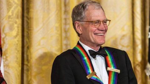 David Letterman amerikai televíziós műsorvezető és producer részt vesz a Kennedy Központ Előadóművészi Díjainak kitüntetettjei tiszteletére tartott fogadáson a washingtoni Fehér Házban 2012. december 2-án. A művészek az amerikai kultúra gazdagításáért nyerték el a kitüntetést. (MTI/EPA/Pool/Brendan Hoffman)