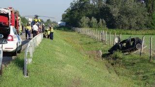 Hernád, 2017. augusztus 16. Rendõrök, mentõk és tûzoltók az M5-ös autópályán, Hernád közelében, ahol a sztráda melletti árokba hajtott egy autó 2017. augusztus 16-án. A balesetben egy ember a életét vesztette, ketten megsérültek. MTI Fotó: Donka Ferenc
