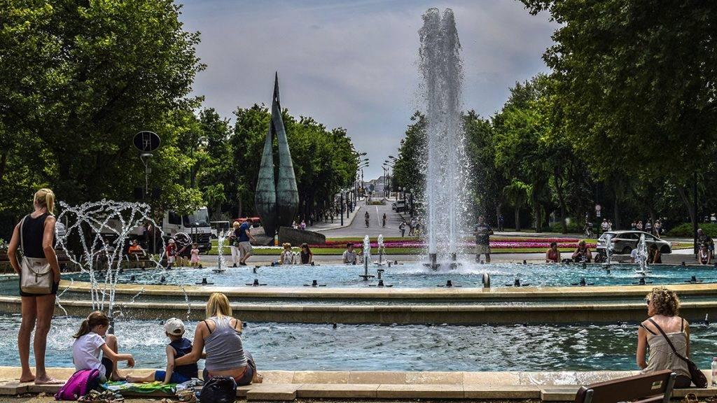 Budapest, 2017. június 27.Pihenő és hűsölő látogatók a szökőkútnál a Margitszigeten.MTVA/Bizományosi: Róka László ***************************Kedves Felhasználó!Ez a fotó nem a Duna Médiaszolgáltató Zrt./MTI által készített és kiadott fényképfelvétel, így harmadik személy által támasztott bárminemű – különösen szerzői jogi, szomszédos jogi és személyiségi jogi – igényért a fotó készítője közvetlenül maga áll helyt, az MTVA felelőssége e körben kizárt.