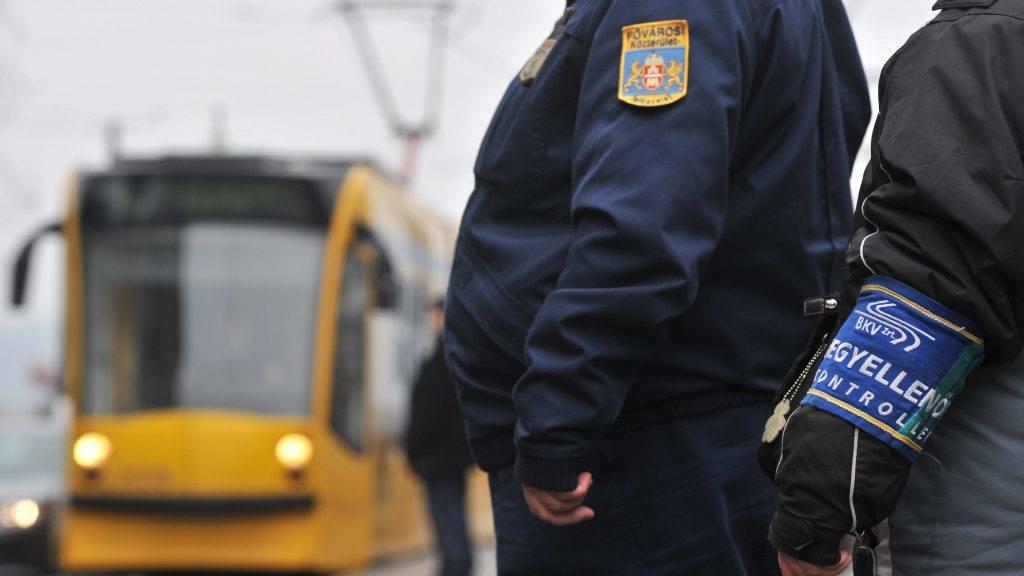 Budapest, 2011. január 11. A BKV jegyellenõre és egy közterület-felügyelõ a Jászai Mari téri villamosmegállóban várja a szerelvényt.  Január 11-étõl közterület-felügyelõk is részt vesznek a jegyek és a bérletek ellenõrzésében egyes villamos- és buszvonalakon, feladatuk a BKV ellenõreinek segítése. Egy három hónapos kísérleti idõszak indult el, húsz közterület-felügyelõ a nagykörúti villamosokon, valamint a 7-es és 173 buszjáratokon segíti a munkát. A BKV ellenõreinek nincsenek jogosítványaik a fellépésre, a közterület-felügyelõknek viszont egy jogszabály-módosítás miatt van, így igazoltathatják az utasokat. MTI Fotó: Máthé Zoltán