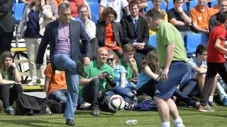 Telki, 2015. április 25.Orbán Viktor miniszterelnök berúgja a labdát a pályára a meglepetéscsapat és az alapítvány csapatának labdarúgó-mérkőzésén a Csányi Alapítvány fennállásának 10. évfordulója alkalmából megrendezett 10. Életút Napon a Global Football Parkban, Telkiben 2015. április 25-én.MTI Fotó: Máthé Zoltán