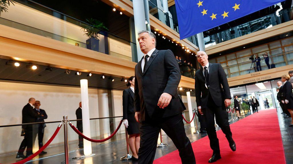 Strasbourg, 2017. július 1.Orbán Viktor miniszterelnök (elöl) és Balog Zoltán, az emberi erőforrások minisztere érkezik Helmut Kohl egykori német kancellár gyászszertartására az Európai Parlament strasbourgi épületébe 2017. július 1-jén. Kohl július 16-án, 87 éves korában hunyt el a délnyugat-németországi Oggersheimben levő otthonában. (MTI/EPA/Mathieu Cugnot)