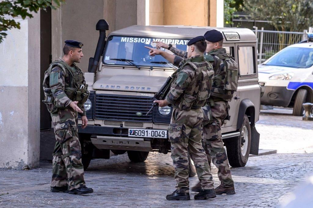 Levallois-Perret, 2017. augusztus 9. A biztonsági erõk tagjai egy gázolás helyszínén, Párizs Levallois-Perret nevû északnyugati elõvárosában, ahol ismeretlen elkövetõ jármûvel a Sentinelle terrorellenes hadmûvelet keretében járõrözõ francia katonák közé hajtott 2017. augusztus 9-én. A szándékosnak ítélt cserbenhagyásos gázolásban hat katona megsérült, közülük ketten súlyosan. (MTI/EPA/Christophe Petit Tesson)