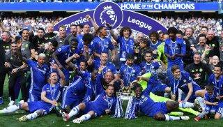 Chelsea's players gather on the pitch with the English Premier League trophy, as they celebrate their league title win at the end of the Premier League football match between Chelsea and Sunderland at Stamford Bridge in London on May 21, 2017.Chelsea's extended victory parade reached a climax with the trophy presentation on May 21, 2017 after being crowned Premier League champions with two games to go.  / AFP PHOTO / Ben STANSALL / RESTRICTED TO EDITORIAL USE. No use with unauthorized audio, video, data, fixture lists, club/league logos or 'live' services. Online in-match use limited to 75 images, no video emulation. No use in betting, games or single club/league/player publications.  /